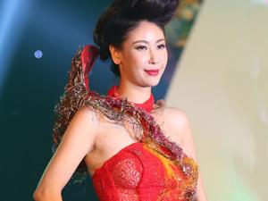 Hà Kiều Anh khoe vai trần với áo dài cách điệu