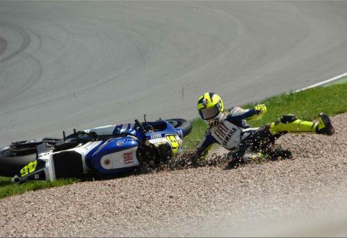 Valentino Rossi nhập viện khẩn cấp sau tai nạn - 1