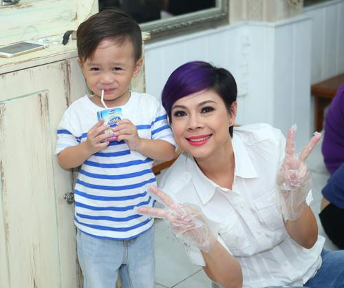 Mẹ con Thanh Thảo cùng xắn tay vào bếp - 3