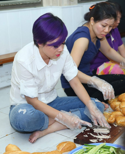 Mẹ con Thanh Thảo cùng xắn tay vào bếp - 2