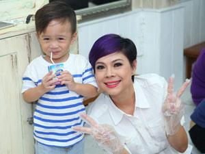 Mẹ con Thanh Thảo cùng xắn tay vào bếp