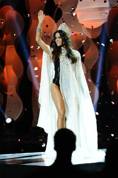 Gigi mặc quần lót dây, Coco Rocha xỉu trên sàn diễn - 9