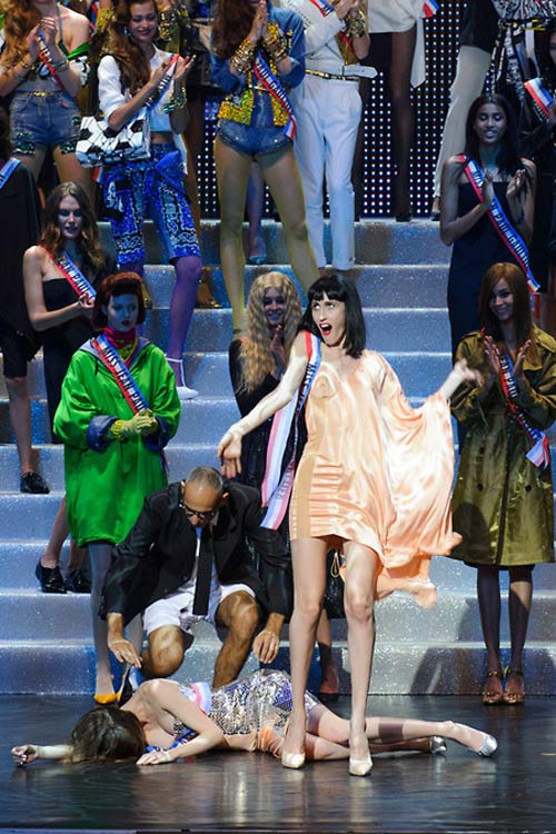Gigi mặc quần lót dây, Coco Rocha xỉu trên sàn diễn - 5