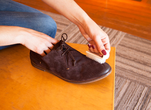 """5 mẹo hay """"giải quyết"""" bụi bẩn trên giày da lộn - 4"""