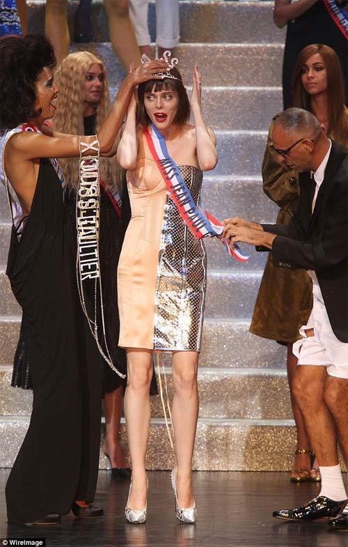 Gigi mặc quần lót dây, Coco Rocha xỉu trên sàn diễn - 6