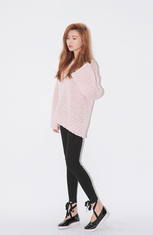 Sành điệu và biến hóa với áo len dáng rộng mùa này - 4