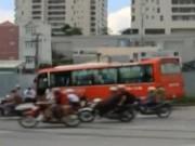 Video An ninh - Xe khách lao thẳng vào hàng chục công nhân đang nghỉ trưa
