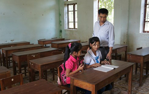 Vụ hơn 600 trẻ thất học: Cho con đi học, bị ném phân vào nhà - 1