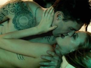 "Adam Levine ""yêu"" vợ trong MV 18+"
