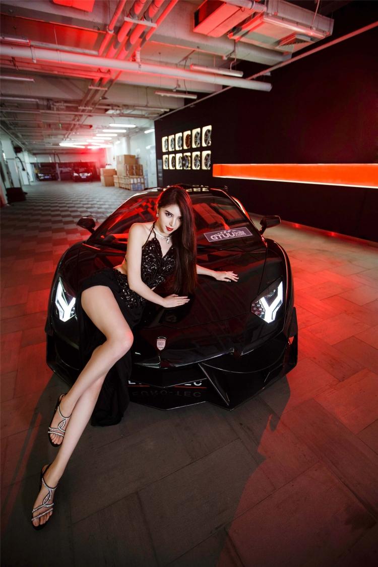 Bộ ảnh chân dài rạng rỡ bên Lamborghini - 2