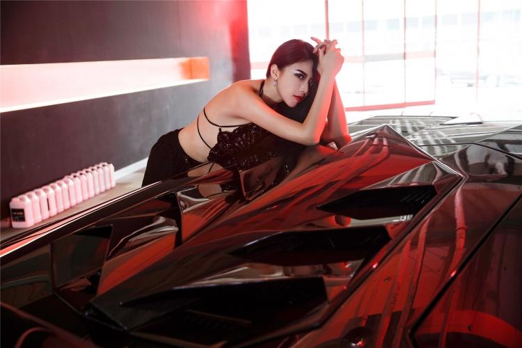 Bộ ảnh chân dài rạng rỡ bên Lamborghini - 9