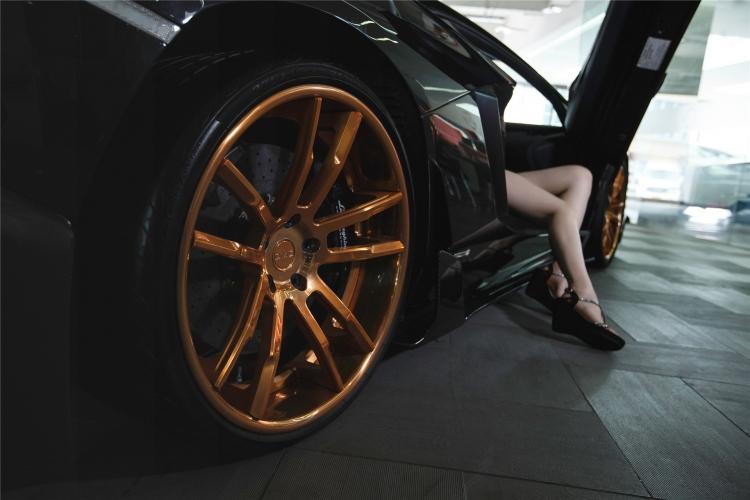 Bộ ảnh chân dài rạng rỡ bên Lamborghini - 11