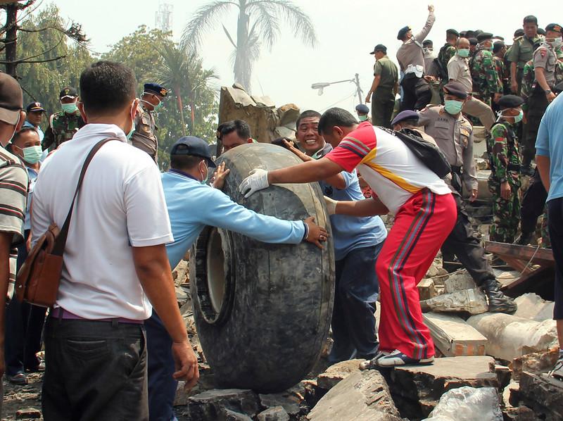 Máy bay quân sự Indonesia rơi: Ít nhất 116 người chết - 10