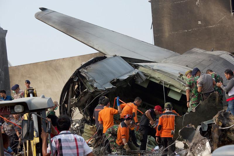 Máy bay quân sự Indonesia rơi: Ít nhất 116 người chết - 8
