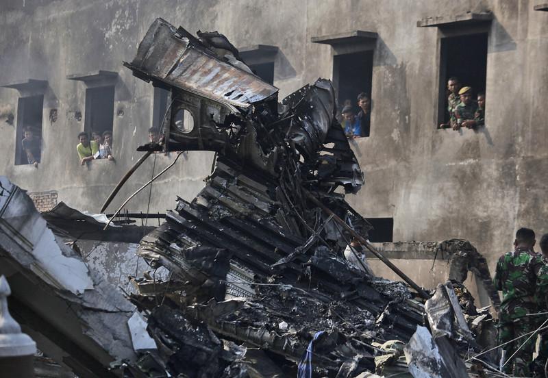 Máy bay quân sự Indonesia rơi: Ít nhất 116 người chết - 12
