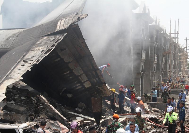 Máy bay quân sự Indonesia rơi: Ít nhất 116 người chết - 14