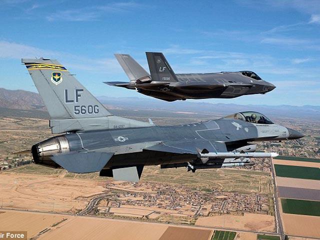 """Siêu chiến cơ F-35 bị """"bà già"""" F-16 đánh gục - 1"""