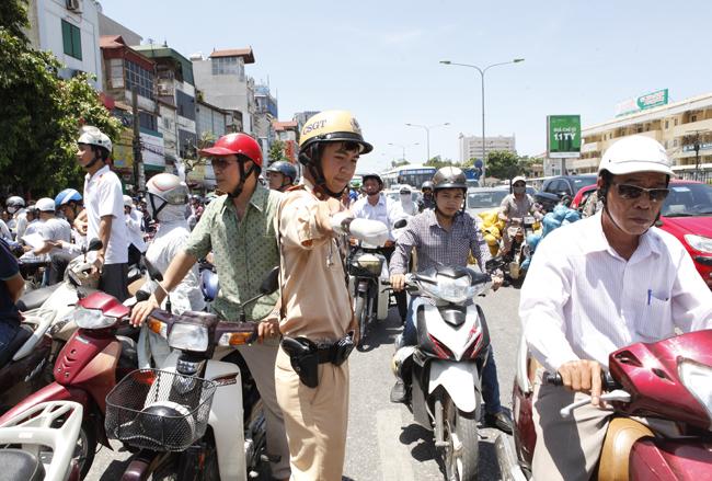Hà Nội ùn tắc nghiêm trọng ngày đầu thi THPT Quốc gia - 7