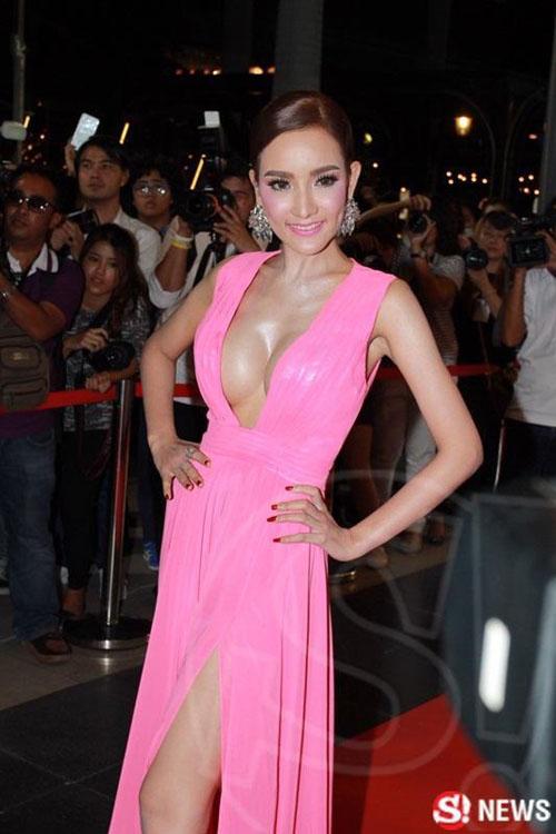 """Dàn sao Thái Lan mang """"thảm họa"""" váy áo lên thảm đỏ - 1"""