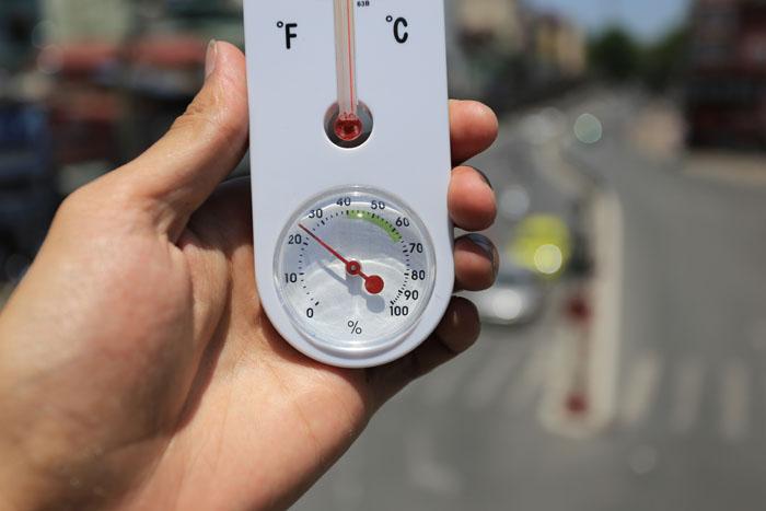 HN: Nóng 40 độ C, người dân ào ào vượt đèn đỏ - 2