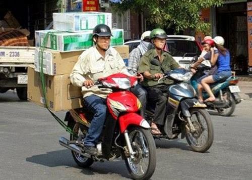 Nhân viên giao hàng quá tải ngày nắng nóng - 1