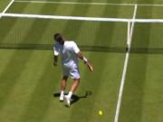 Hot shot: Tay vợt đánh bóng thẳng vào mặt mình