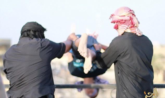 IS xử tử người đồng tính bằng cách ném từ tầng cao - 1