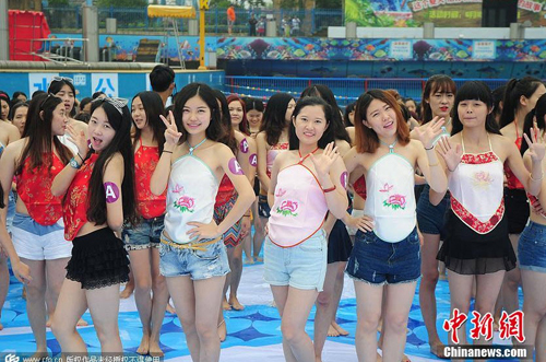 Hàng ngàn nữ sinh Trung Quốc mặc áo yếm chụp kỷ yếu - 1