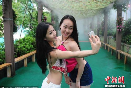Hàng ngàn nữ sinh Trung Quốc mặc áo yếm chụp kỷ yếu - 6