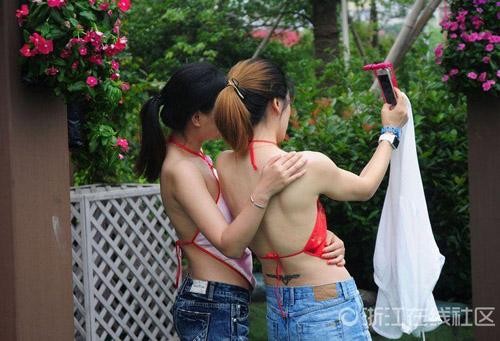 Hàng ngàn nữ sinh Trung Quốc mặc áo yếm chụp kỷ yếu - 5