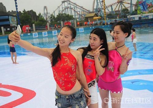 Hàng ngàn nữ sinh Trung Quốc mặc áo yếm chụp kỷ yếu - 4
