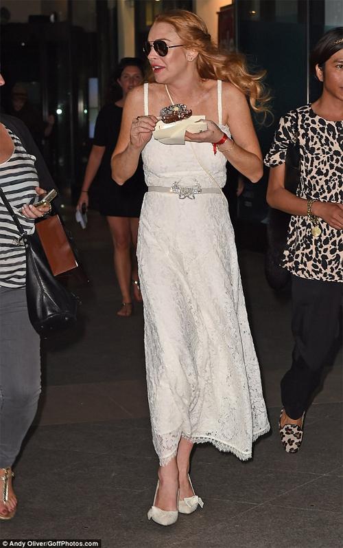 Miley Cyrus gây sốc vì cuồng nhiệt hôn siêu mẫu nội y - 8