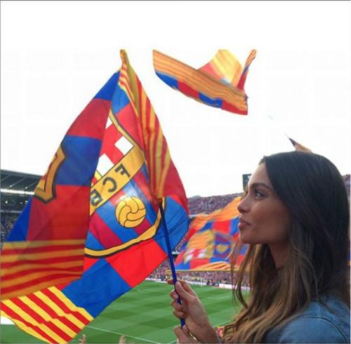 Hé lộ lý do Dani Alves ở lại Barcelona - 1