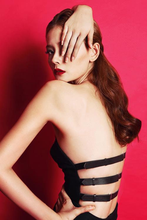 Người mẫu Hoàng Oanh khoe trọn vai thon, lưng trần - 5