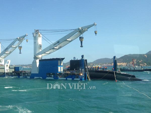 Ảnh: Lai dắt tàu Kilo 185-Khánh Hòa vào quân cảng Cam Ranh - 4