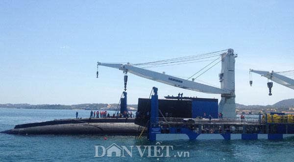 Ảnh: Lai dắt tàu Kilo 185-Khánh Hòa vào quân cảng Cam Ranh - 5