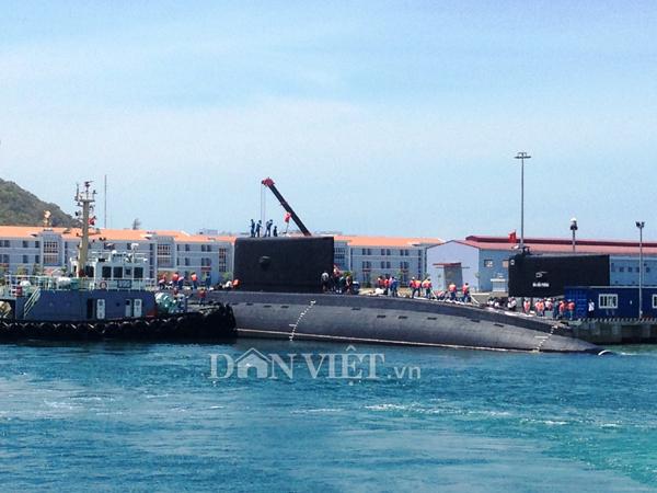 Ảnh: Lai dắt tàu Kilo 185-Khánh Hòa vào quân cảng Cam Ranh - 7