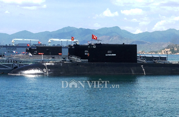 Ảnh: Lai dắt tàu Kilo 185-Khánh Hòa vào quân cảng Cam Ranh - 8