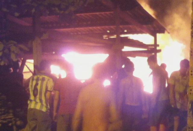 """""""Bà hỏa"""" thiêu rụi xưởng gỗ lúc nửa đêm - 1"""