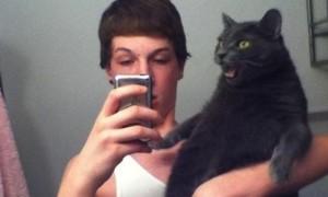 """Chiêu """"trả thù"""" hài hước của những chú mèo với chủ"""