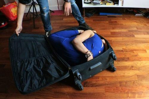 Sốc với cô gái có thể cuộn mình nằm gọn trong vali - 1