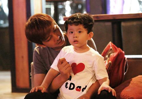 Vắng Trương Quỳnh Anh, Tim đảm đang chăm sóc con trai - 1
