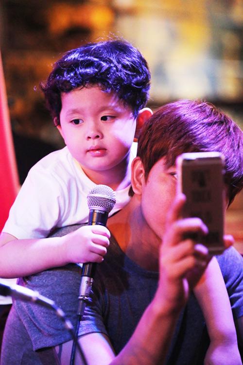 Vắng Trương Quỳnh Anh, Tim đảm đang chăm sóc con trai - 4