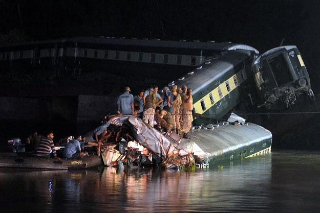 Pakistan: Tàu quân sự lao xuống kênh, 17 người chết - 1