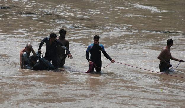 Pakistan: Tàu quân sự lao xuống kênh, 17 người chết - 4