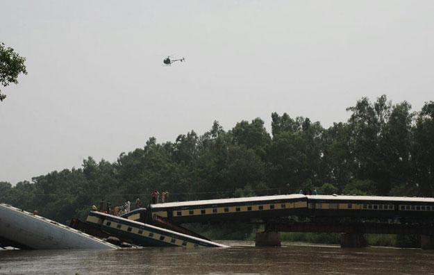 Pakistan: Tàu quân sự lao xuống kênh, 17 người chết - 2