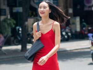 Trang Khiếu sải bước vội vã trên phố Sài Gòn