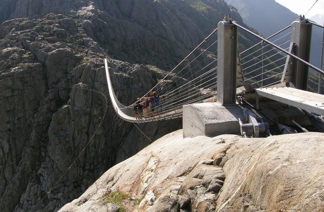 Nếu đã từng nghe nói đến dãy núi Alps hùng vĩ của Thụy Sĩ thì chắc hẳn bạn cũng đã biết tới cầu dây võngTrift. Đây là cây cầu dành cho người đi bộ dài nhất thế giới với tổng chiều dài 170m.