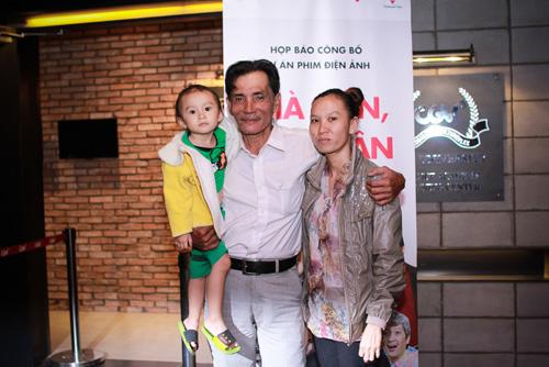 Diễn viên Thương Tín lần đầu khoe vợ trẻ và con gái nhỏ - 2
