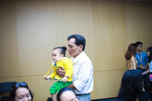 Diễn viên Thương Tín lần đầu khoe vợ trẻ và con gái nhỏ - 1